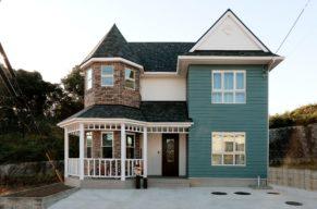 レトロなとんがり帽子屋根の木造住宅