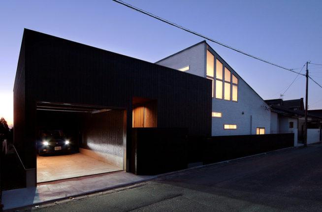 ガレージのある天空の木造住宅
