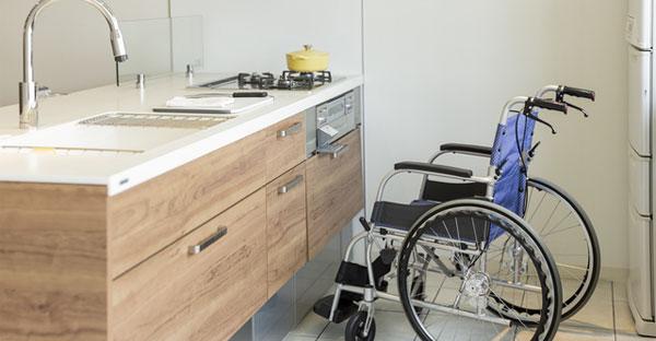 キッチン/玄関の沖縄バリアフリー住宅
